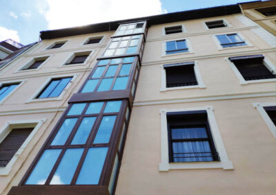 Restauración de fachada principal y sustitución de miradores en Basurto Castrejana, 3 Bilbao